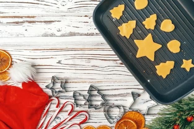 休日のクリスマスジンジャーブレッドクッキープロセスを作るのクローズアップ