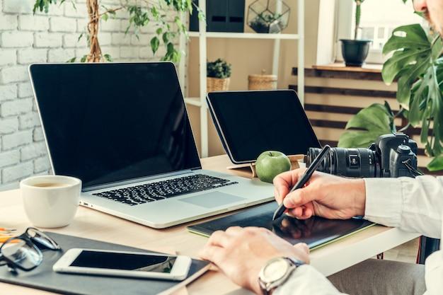 ノートパソコンを持ったビジネスマンの作業テーブルのクローズアップ