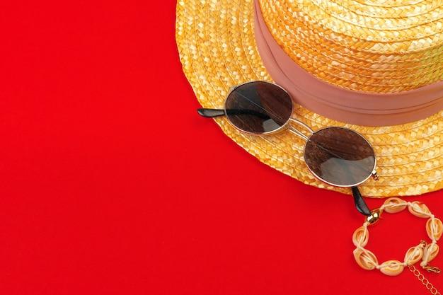 女性の麦わら帽子とビーチホリデートップビューのサングラス