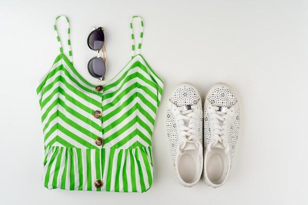 Плоский рельеф женского летнего наряда на белом фоне