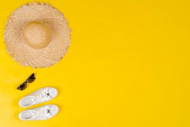 明るい黄色の背景に女性の服とアクセサリーのセット