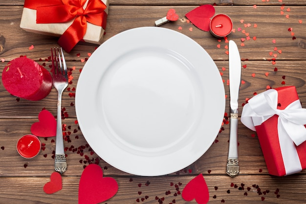 木製のテーブルにバレンタインデーの組成