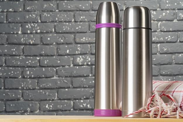 Алюминиевый металлический термос контейнер бутылки крупным планом на столе
