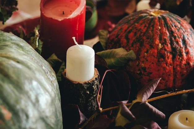 Осень благодарения декор со свечой и тыквы крупным планом