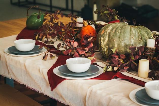 Сервировка стола осенний день благодарения с праздничным декором