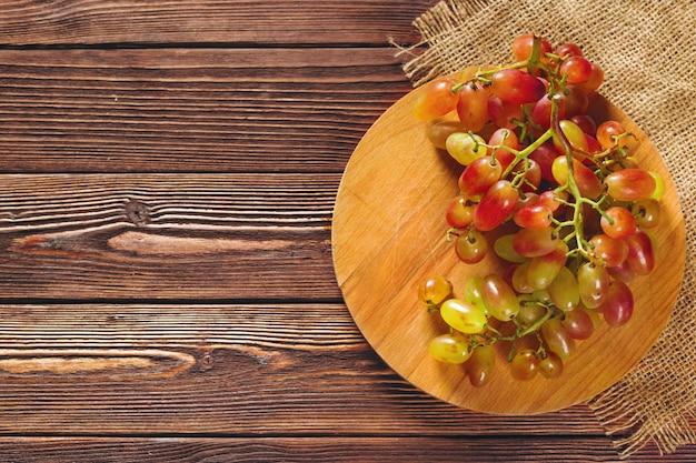 木製のテーブルのブドウ