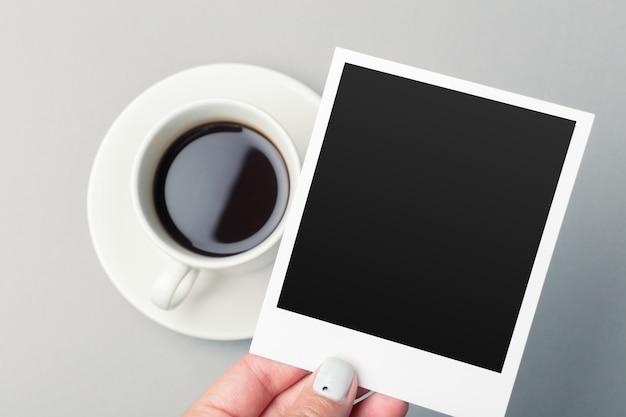 スマートフォンとテーブルの上のコーヒー