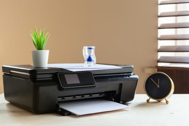 テーブルの上の黒いプリンターマシンの正面図