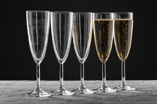Много бокалов шампанского