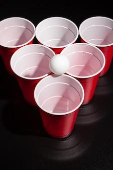 黒い背景にビール卓球ゲーム