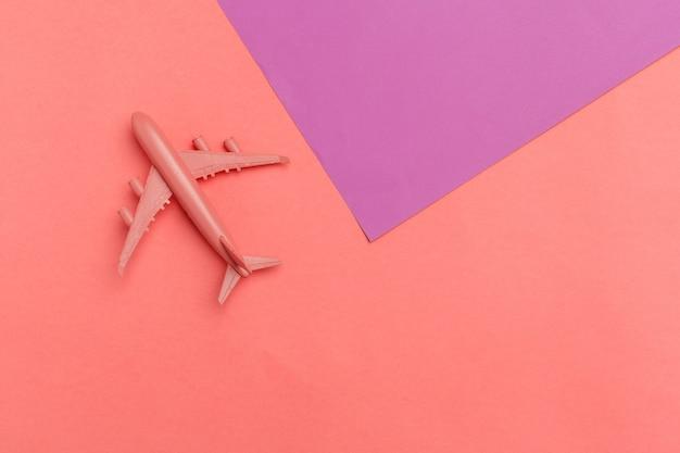 モデル飛行機、パステルカラーの背景の飛行機。