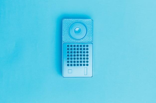 色の背景上のラジオ受信機