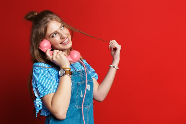電話で話している幸せな女