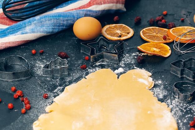 ジンジャーブレッドクッキーを調理するプロセスをクローズアップ