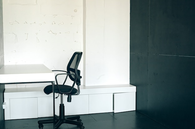 コワーキングの朝。家具付きの現代的なオフィスインテリア