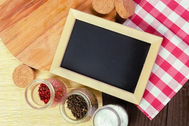 あなたの設計のための小さな木製フレーム空白黒板