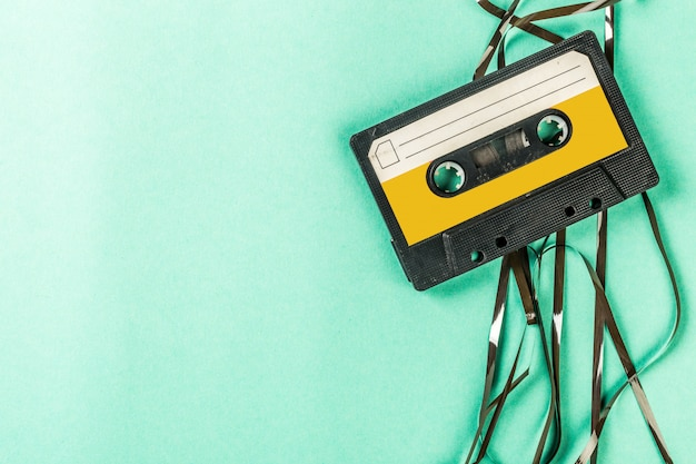 Старые аудиокассеты на бирюзовом фоне