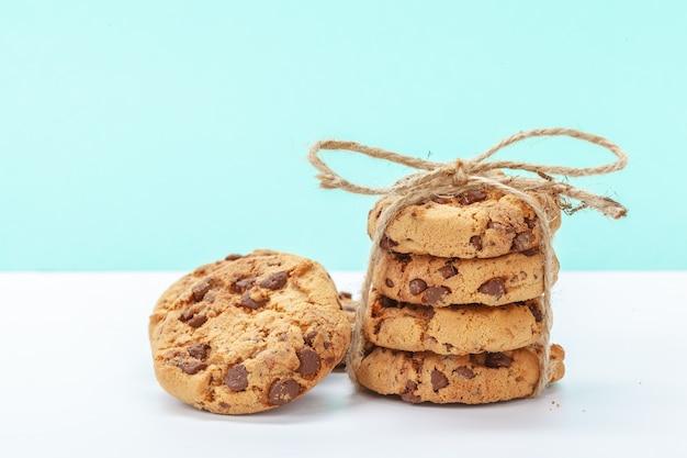 Шоколадное печенье на ярко-синем фоне
