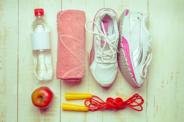 Спортивные вещи на деревянном столе, вид сверху