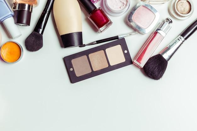 ブラシと白で隔離される化粧品