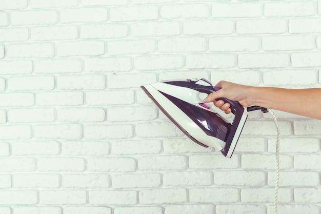 Домохозяйка приносит огромную кучу белья на гладильной доске