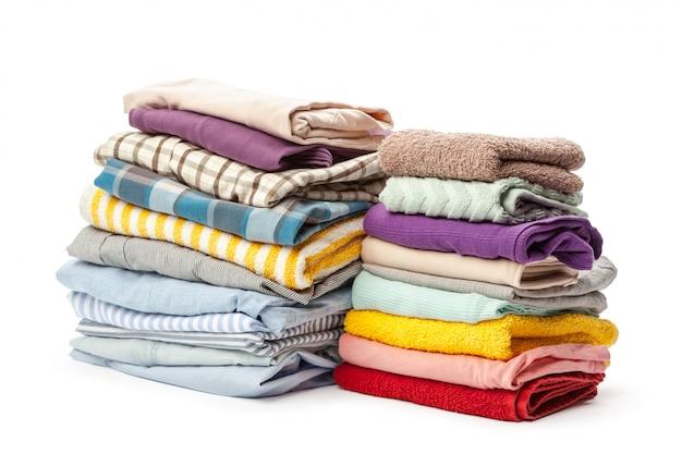 Стек одежды, изолированные на белом