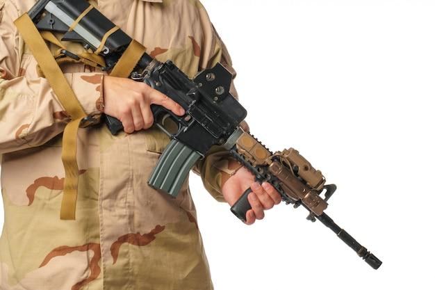 Человек со страйкбольной одеждой и пневматической винтовкой