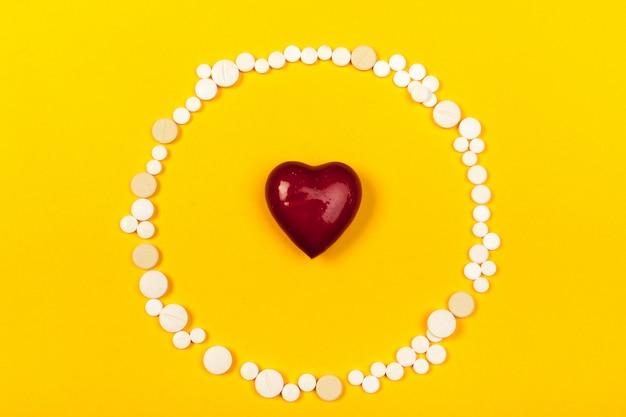 色の背景上の白い医療薬