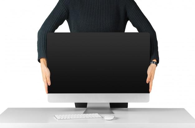 男を保持し、白で隔離黒のコンピューターモニター画面を表示