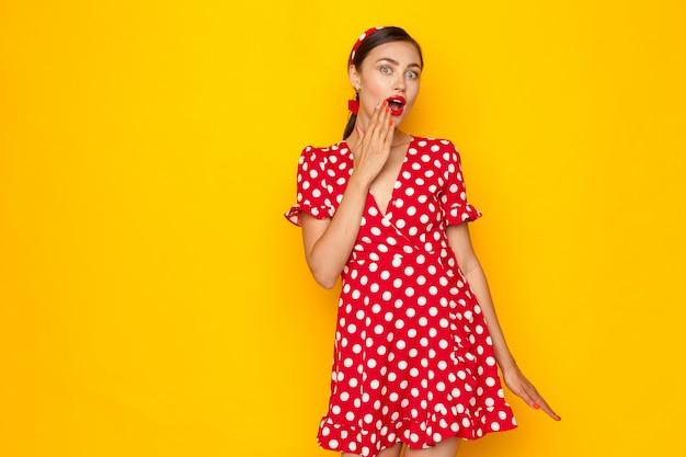 Портрет шокированной девушки в стиле пин-ап