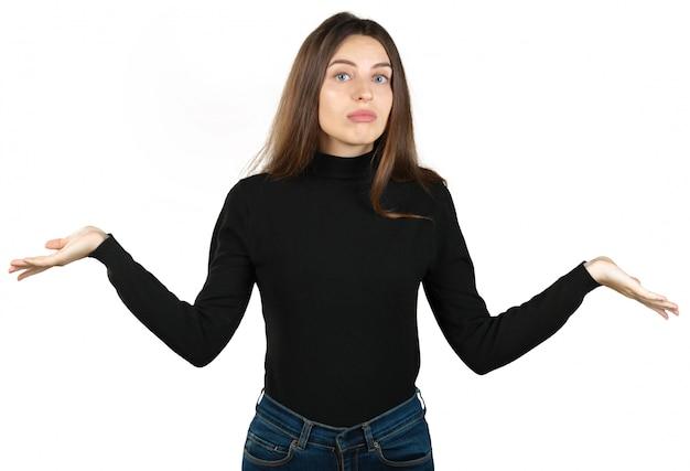 身振りで示す若い女性