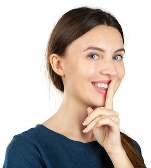 Молодая женщина делает жест молчания