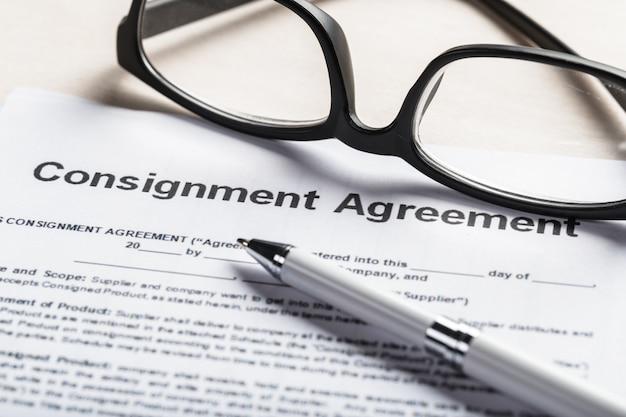 契約文書書類ビジネスコンセプトに眼鏡のショットを閉じる