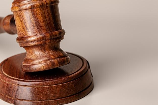 Деревянный молоточек судей на столе крупным планом