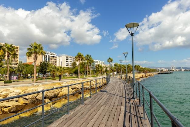 海側に沿って歩く方法の堤防