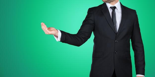 あなたのデザインのコピースペースを示す正式な黒のスーツで認識できないビジネスマン