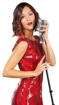 歌を歌っている美しい女性歌手