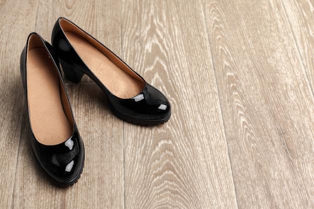 Женская обувь на деревянном фоне