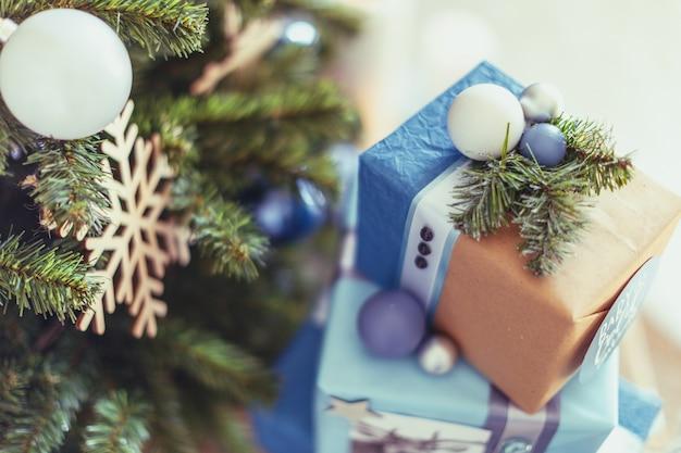 Рождественские подарки. праздничная коробочка с разноцветными бантами