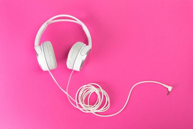 ピンクの背景のヘッドフォン