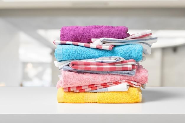 色とりどりのタオルの盛り合わせ