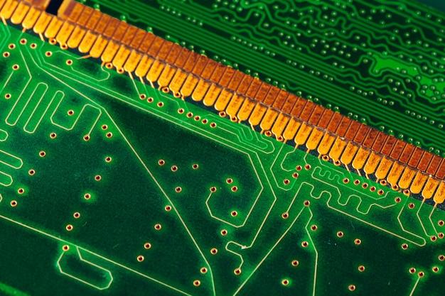 コンピューターの緑の回路基板をクローズアップ