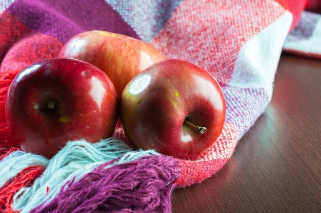 テーブルの上の赤いリンゴをクローズアップ