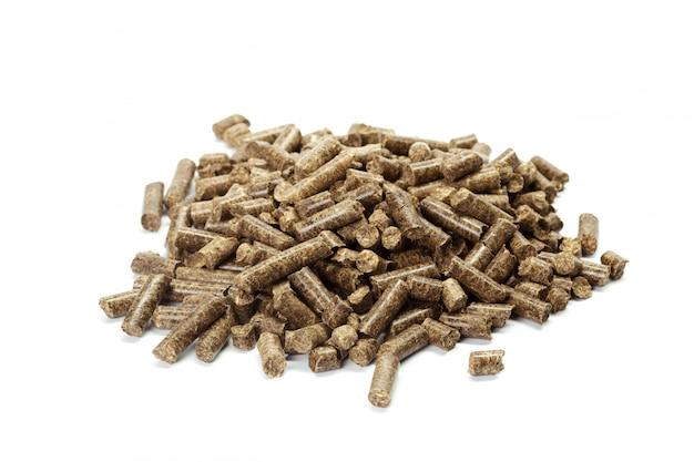 Стек из деревянных гранул для био энергии, на белом фоне, изолированные