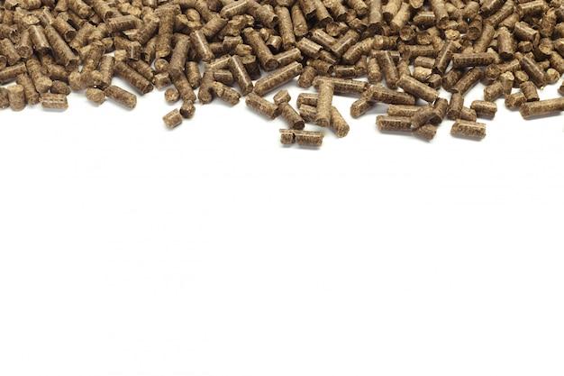バイオエネルギー、白い背景、分離のための木質ペレットのスタック