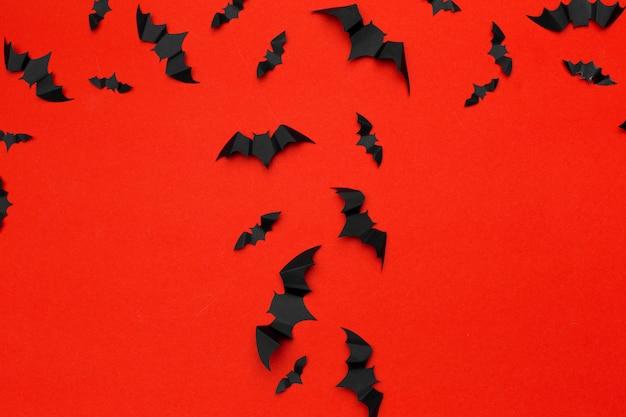 ハロウィーンとデコレーションのコンセプト - 紙コウモリが飛んでいます。バックグラウンド