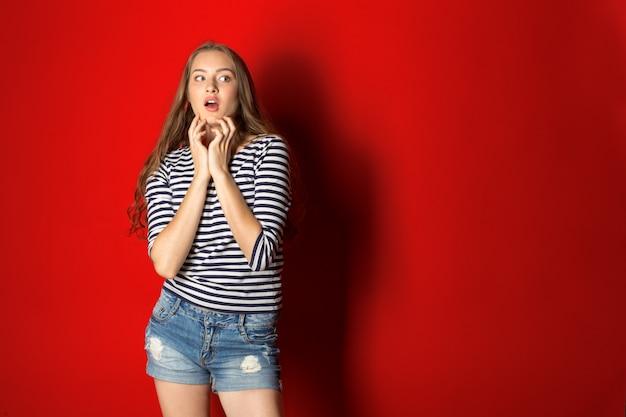 Молодая потрясенная женщина