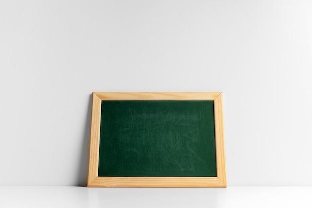 木製フレームと緑の黒板