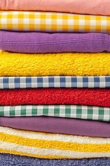 Куча разноцветной повседневной одежды
