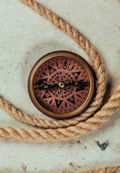 Древний компас с матросской веревкой